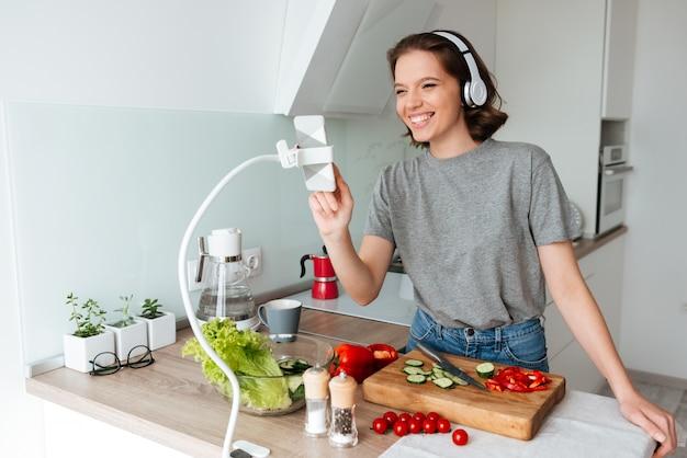 Portret szczęśliwa rozochocona kobieta z hełmofonami