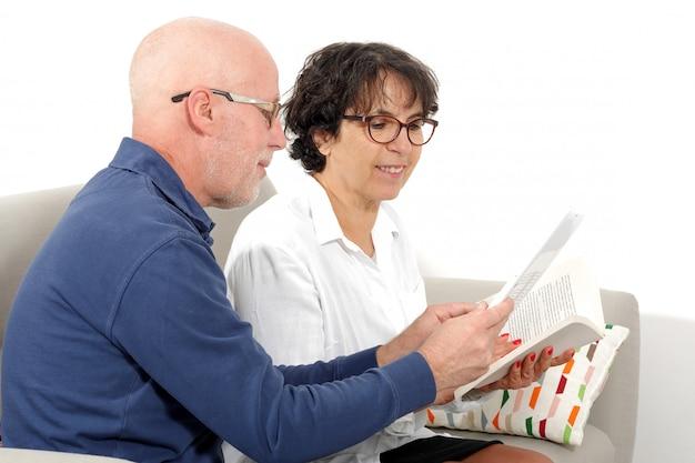 Portret szczęśliwa starsza para używa pastylkę cyfrową