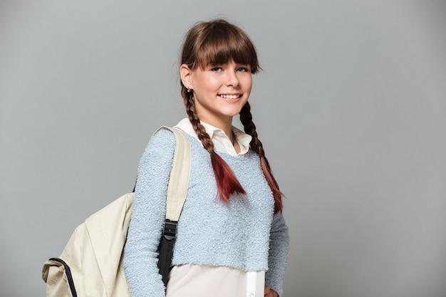 Portret szczęśliwa uczennica z plecakiem