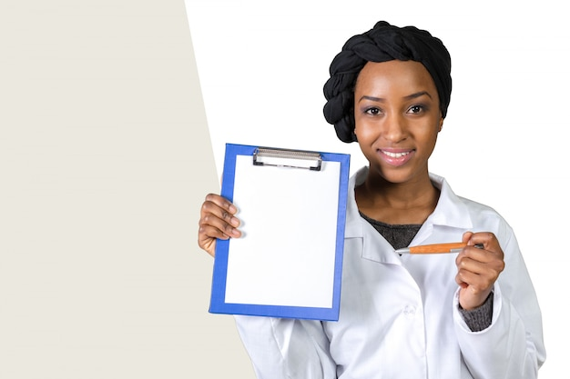 Portret szczęśliwa ufna amerykanin afrykańskiego pochodzenia kobiety lekarka
