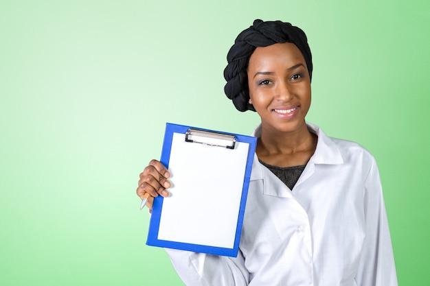 Portret szczęśliwa ufna kobiety lekarka
