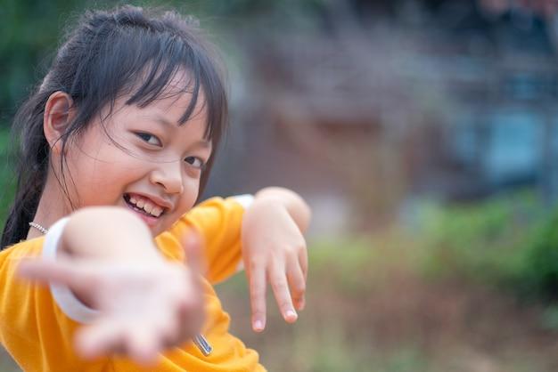 Portret szczęśliwa uśmiechnięta dziecko dziewczyna z tanem