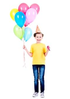 Portret szczęśliwa uśmiechnięta dziewczyna trzyma kolorowe balony w żółtej koszulce - na białym tle.