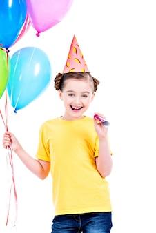 Portret szczęśliwa uśmiechnięta dziewczyna trzyma kolorowe balony w żółtej koszulce - na białym tle