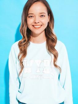 Portret szczęśliwa uśmiechnięta dziewczyna wz przypadkowymi ubraniami bez makeup. młoda kobieta modelu pozowanie