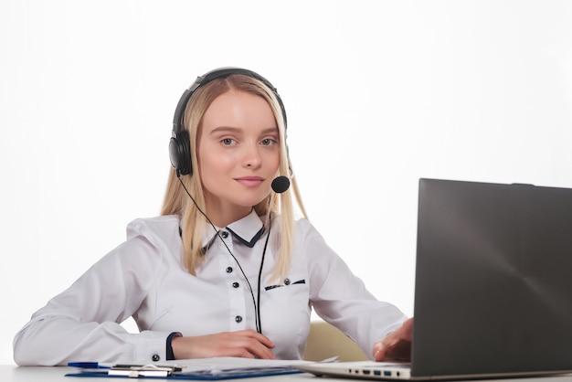 Portret szczęśliwa uśmiechnięta kobieta operatora telefonicznego obsługi klienta w miejscu pracy.