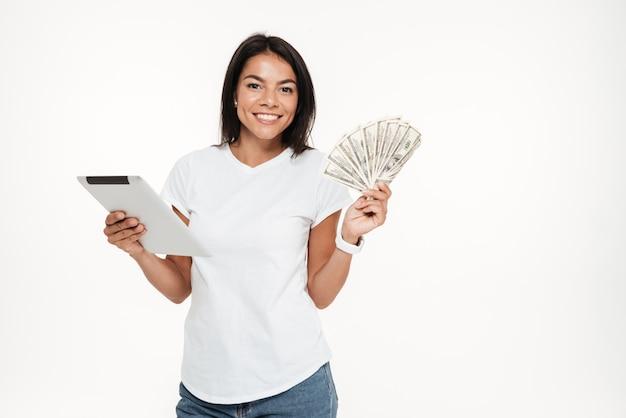 Portret szczęśliwa uśmiechnięta kobiety mienia pastylki komputer