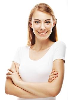 Portret szczęśliwa uśmiechnięta młoda dziewczyna z ładną twarzą