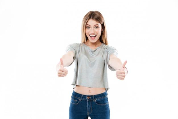 Portret szczęśliwa uśmiechnięta młodej kobiety pozycja