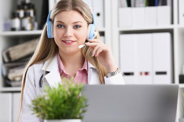 Portret szczęśliwa uśmiechnięta potomstwo lekarka w słuchawki
