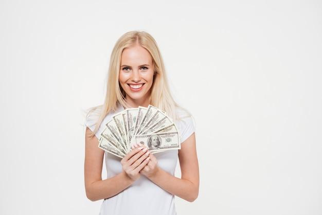 Portret szczęśliwa zadowolona kobieta trzyma wiązkę pieniądze