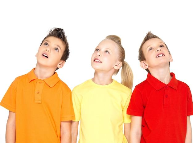 Portret szczęśliwe dzieci patrząc w górę - na białym tle