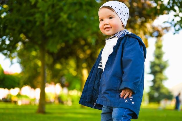 Portret szczęśliwe dziecko bawiące się na zewnątrz w słoneczną pogodę
