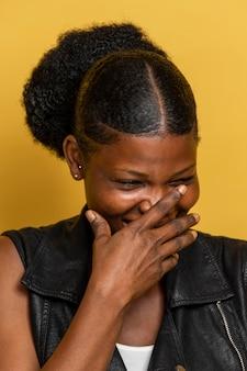 Portret szczęśliwego afrykańskiego śmiechu