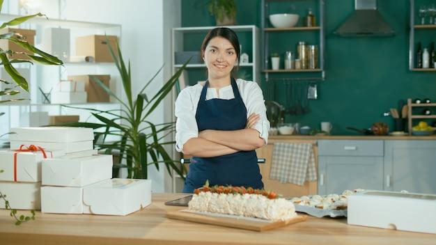 Portret szczęśliwego cukiernika odnoszącego sukcesy pięknej bizneswoman