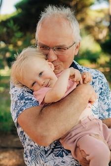 Portret szczęśliwego dziadka z wnukiem