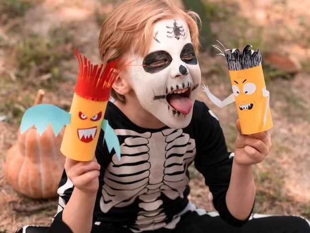 Portret szczęśliwego dziecka z twarzą pomalowaną na halloween