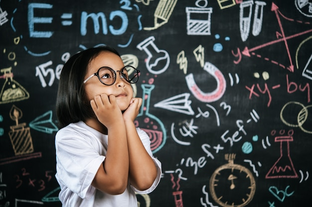 Portret szczęśliwego małego ucznia w okularach