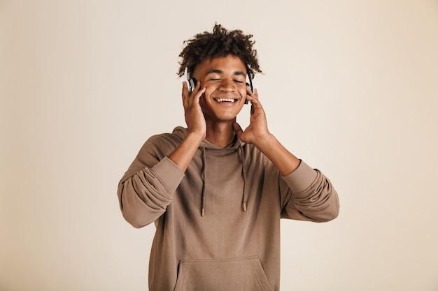 Portret szczęśliwego młodego afroamerykanina