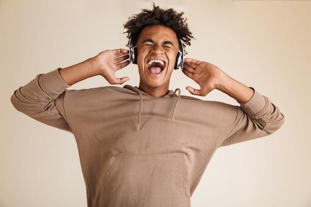 Portret Szczęśliwego Młodego Afroamerykanina Premium Zdjęcia