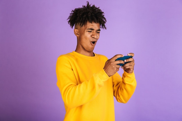 Portret szczęśliwego młodego afroamerykańskiego mężczyzny