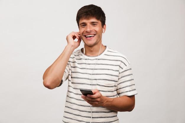 Portret szczęśliwego młodego człowieka stojącego