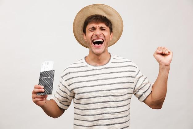 Portret szczęśliwego młodego człowieka w słomkowym kapeluszu