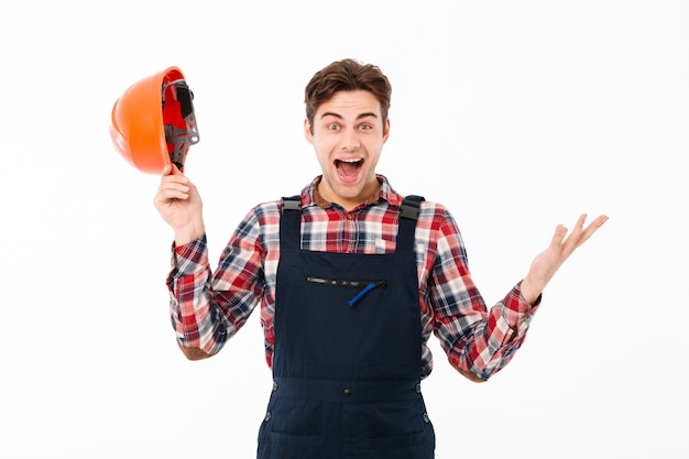 Portret szczęśliwego młodego męskiego budowniczego odświętności