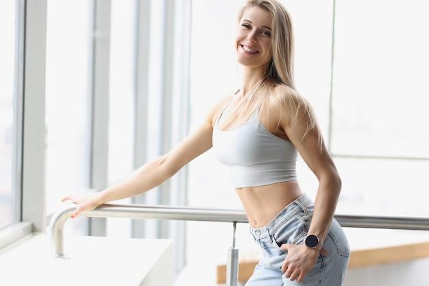 Portret szczęśliwego pięknego sexy atletycznego idealnego kobiecego ciała w sportowym stylu życia