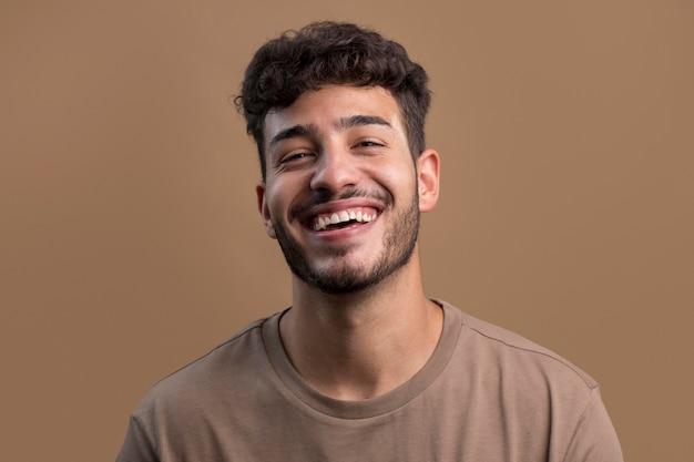 Portret szczęśliwego uśmiechniętego mężczyzny