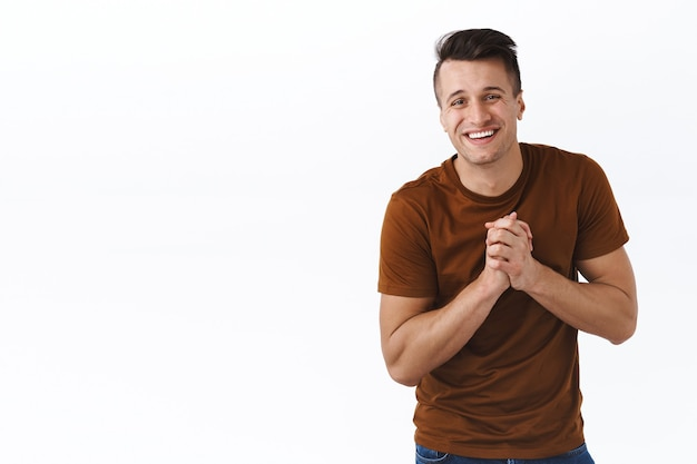 Portret szczęśliwego, wdzięcznego i zadowolonego dorosłego mężczyzny, który dziękuje za pomoc
