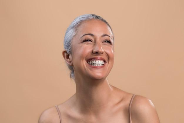 Portret szczęśliwej buźki starszej kobiety