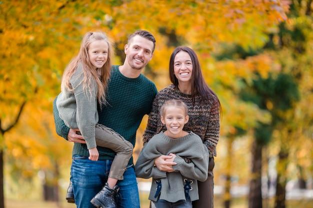 Portret szczęśliwej czteroosobowej rodziny jesienią
