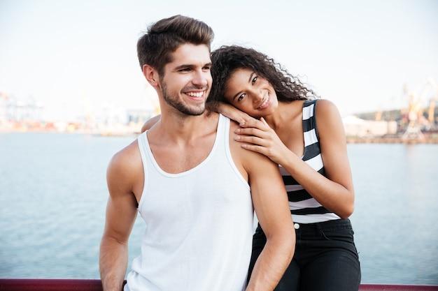 Portret szczęśliwej delikatnej młodej pary w porcie