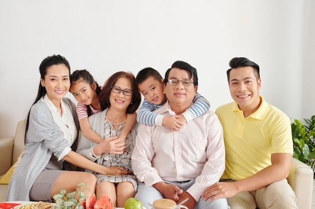 Portret szczęśliwej dużej wietnamskiej rodziny zebranej w domu na obiad