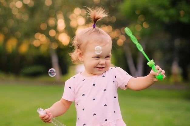 Portret szczęśliwej dziewczynki w parku