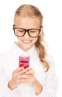 Portret szczęśliwej dziewczyny z telefonem komórkowym