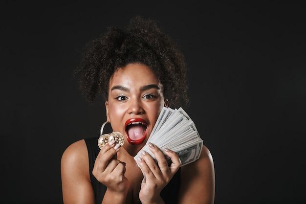Portret szczęśliwej kobiety afro american noszenia makijażu stojącej na białym tle nad czarną przestrzenią