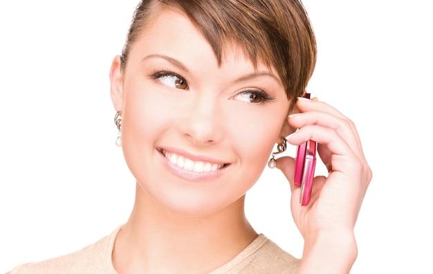 Portret szczęśliwej kobiety z telefonem komórkowym
