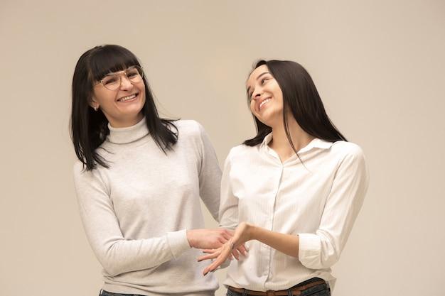 Portret szczęśliwej matki i córki