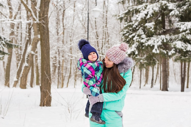 Portret szczęśliwej matki i dziecka w winter park