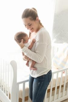 Portret szczęśliwej matki trzymającej dziecko