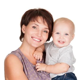 Portret szczęśliwej matki z uśmiechem dziecka na białym tle