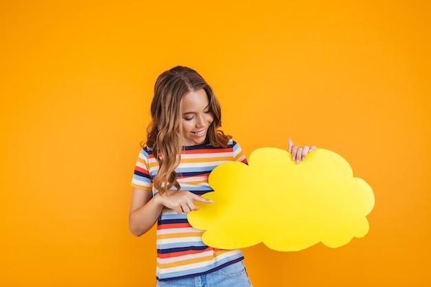 Portret szczęśliwej młodej dziewczyny stojącej na białym tle