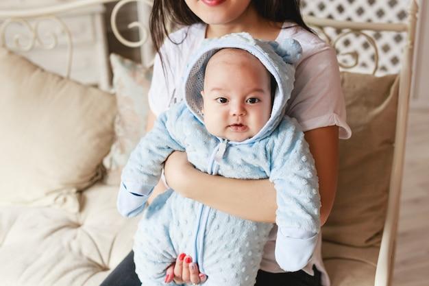 Portret szczęśliwej młodej japońskiej lub azjatyckiej mamy i jej dziecka.