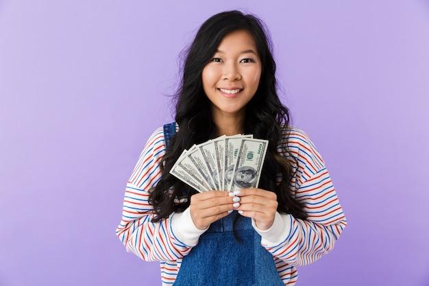 Portret szczęśliwej młodej kobiety azji