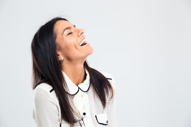Portret szczęśliwej młodej kobiety, śmiejąc się