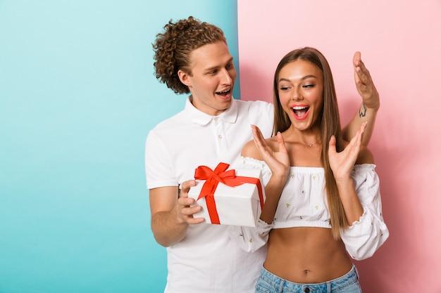 Portret szczęśliwej młodej pary stojącej
