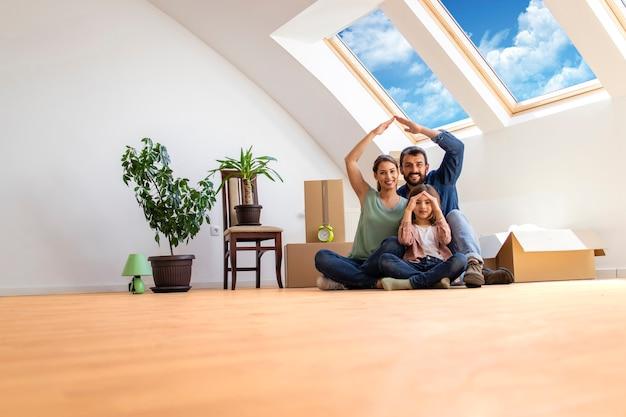 Portret szczęśliwej nowoczesnej rodziny z dziećmi przeprowadzającymi się do nowego domu