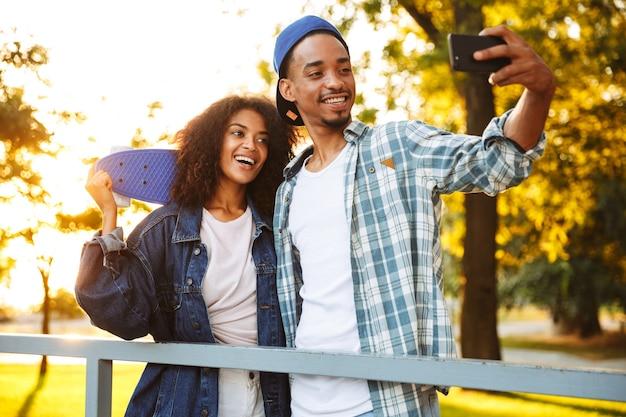 Portret szczęśliwej pary młodych afrykańskich
